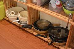 鍋類は棚にも収納されています。(2015-09-01,共用部,KITCHEN,2F)