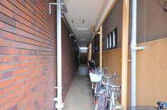 エレベーターへ向かう通路には、自転車が置かれています。(2012-07-13,共用部,OTHER,1F)