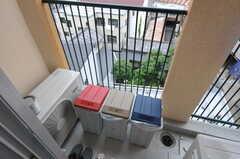 共用のベランダに置かれたゴミ箱。(2012-07-13,共用部,OTHER,6F)