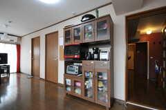 食器棚とキッチン家電の様子。(2012-07-13,共用部,KITCHEN,6F)