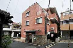 マンションの外観。1階はシェアハウスです。(2011-09-04,共用部,OUTLOOK,1F)