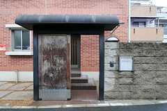元々あったお屋敷の門扉を使われているそう。(2011-09-04,周辺環境,ENTRANCE,1F)