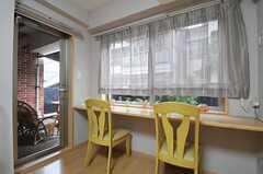 シェアハウスのリビングの様子2。窓際にはカウンター・テーブルがあります。(2011-09-04,共用部,LIVINGROOM,1F)