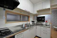 キッチンの様子2。L字形のシステムキッチンです。(2011-09-04,共用部,KITCHEN,1F)