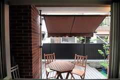 キッチンの窓からテラスを眺めた様子。(2011-09-21,共用部,KITCHEN,1F)
