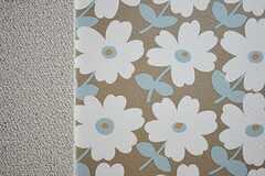 リビングの壁紙は、凸凹した厚みのあるものが使われています。(2011-09-21,共用部,OTHER,1F)