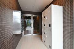 エントランスの様子。宅配ボックスが設置されています。(2017-10-06,周辺環境,ENTRANCE,1F)