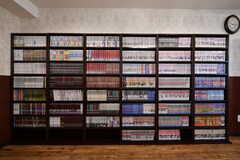 漫画がぎっしり詰まった本棚。約2000冊が置かれていて、定期的に入れ替わります。(2017-09-13,共用部,LIVINGROOM,1F)