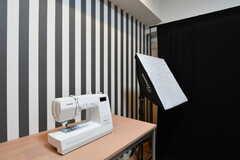 ミシンと撮影用のライト。背景の布は黒と白のバリエーション用意しています。(2017-10-06,共用部,OTHER,1F)