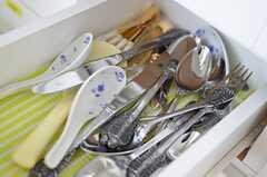 食器棚の引き出しにはフォークやスプーン等のカトラリーが入っています。(2013-11-10,共用部,KITCHEN,8F)