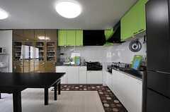 キッチンの様子。コンロとシンクは2台ずつあります。(2014-07-01,共用部,KITCHEN,2F)