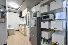 キッチン周辺には専有部ごとに用意された収納が設置されています。(2020-10-22,共用部,OTHER,1F)
