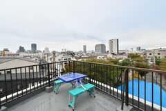 屋上にはアウトドア用のテーブルセットも用意されています。(2020-10-22,共用部,OTHER,4F)