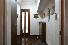 玄関から見た内部の様子。上がって左手にリビングがあります。(2017-12-11,周辺環境,ENTRANCE,2F)