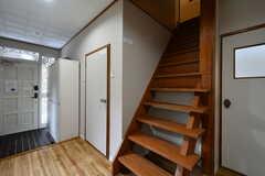 階段の様子。リビングは2Fです。(2017-10-25,共用部,OTHER,1F)