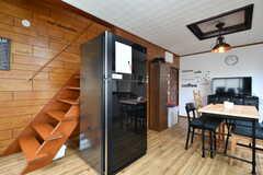 冷蔵庫の様子。冷蔵庫の裏に階段があります。(2017-10-25,共用部,OTHER,2F)