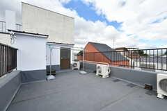 屋上の様子。物干し台があります。(302号室)(2017-10-25,専有部,ROOM,4F)