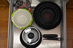 フライパンや鍋類は引き出しに収納されています。(2017-04-04,共用部,KITCHEN,2F)