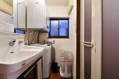 脱衣室の様子。洗面台と洗濯機、乾燥機が設置されています。(2017-04-04,共用部,BATH,2F)