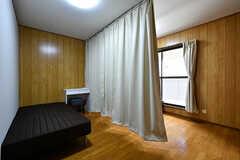 ベッドの間はカーテンで仕切れます。(307号室)(2017-04-04,専有部,ROOM,3F)