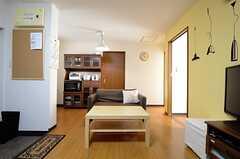 リビングの様子2。奥にキッチンがあります。(2013-03-15,共用部,LIVINGROOM,3F)