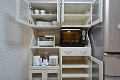 食器棚の様子。空いているスペースは部屋ごとに割り当てられています。(2014-12-08,共用部,KITCHEN,1F)
