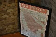 ニューヨークの地図が描かれた作人。(2015-06-15,周辺環境,ENTRANCE,4F)