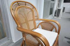 ベランダに置かれた年代物の椅子の様子。(フィットネス)(2011-09-21,共用部,OTHER,3F)
