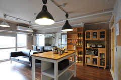 リビングの様子2。大きな作業テーブルがあります。(クッキング)(2011-11-09,共用部,LIVINGROOM,12F)