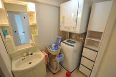 脱衣室には洗面台と洗濯機が置かれています。(ライブラリー)(2011-11-09,共用部,BATH,13F)