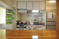 リビングから見たキッチンの様子。(カフェスタイル)(2012-11-28,共用部,KITCHEN,4F)