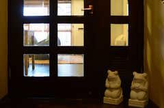 リビングドアの手前では、石造りのカエルがお出迎え。(アジアンスタイル)(2013-09-10,共用部,OTHER,7F)