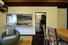 リビングの隣がキッチンです。(アジアンスタイル)(2013-09-10,共用部,LIVINGROOM,7F)