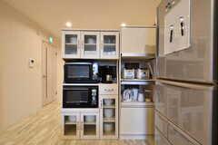 食器棚とキッチン家電の様子。(2019-01-16,共用部,KITCHEN,1F)