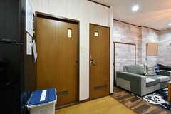 左手前がバスルーム、奥側がトイレです。(2018-04-11,共用部,OTHER,1F)