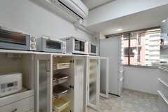 キッチンの様子3。専有部ごとに使える収納スペースが用意されています。(2018-10-08,共用部,KITCHEN,4F)