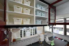 シンク上の吊り戸棚にも専有部ごとに使える収納スペースが用意されています。(2018-10-08,共用部,KITCHEN,4F)