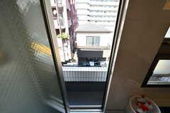 バスルームの窓から見た外の景色。(2018-10-08,共用部,BATH,4F)