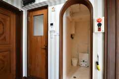 廊下からみた水まわり設備の様子。左手のドアがトイレで、右手がバスルームです。(2018-10-08,共用部,OTHER,2F)