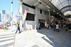 市営地下鉄谷町線・南森町駅の様子。商店街の入り口が駅への出入り口です。(2017-04-04,共用部,ENVIRONMENT,1F)