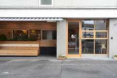 正面玄関の様子。道路沿いにベンチが設けられています。(2016-04-18,周辺環境,ENTRANCE,1F)