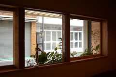 窓の外は道路に面しています。(2016-04-18,共用部,LIVINGROOM,1F)