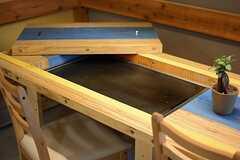 ダイニングテーブルは板を外すと、鉄板が現れます。(2016-04-18,共用部,LIVINGROOM,1F)