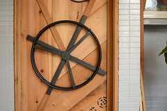 ドアに取り付けられた輪は、自転車の車輪をイメージしたもの。(2016-04-18,共用部,OTHER,1F)