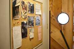 廊下にコミュニケーションボードが飾られています。(2016-04-18,共用部,OTHER,1F)
