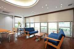 コモンルームの様子6。窓の外にはウッドデッキのテラスがあります。(2014-09-28,共用部,LIVINGROOM,1F)