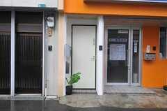 シェアハウスの正面玄関。(2012-08-18,周辺環境,ENTRANCE,1F)