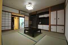 リビングの様子。障子の奥はキッチンです。(2012-08-18,共用部,LIVINGROOM,2F)