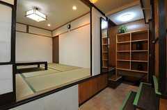 キッチンから見たリビングの様子。キッチンは1段下がったところにあります。(2012-08-18,共用部,LIVINGROOM,2F)