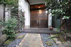 シェアハウスの正面玄関。左手に庭があります。(2012-12-18,周辺環境,ENTRANCE,1F)